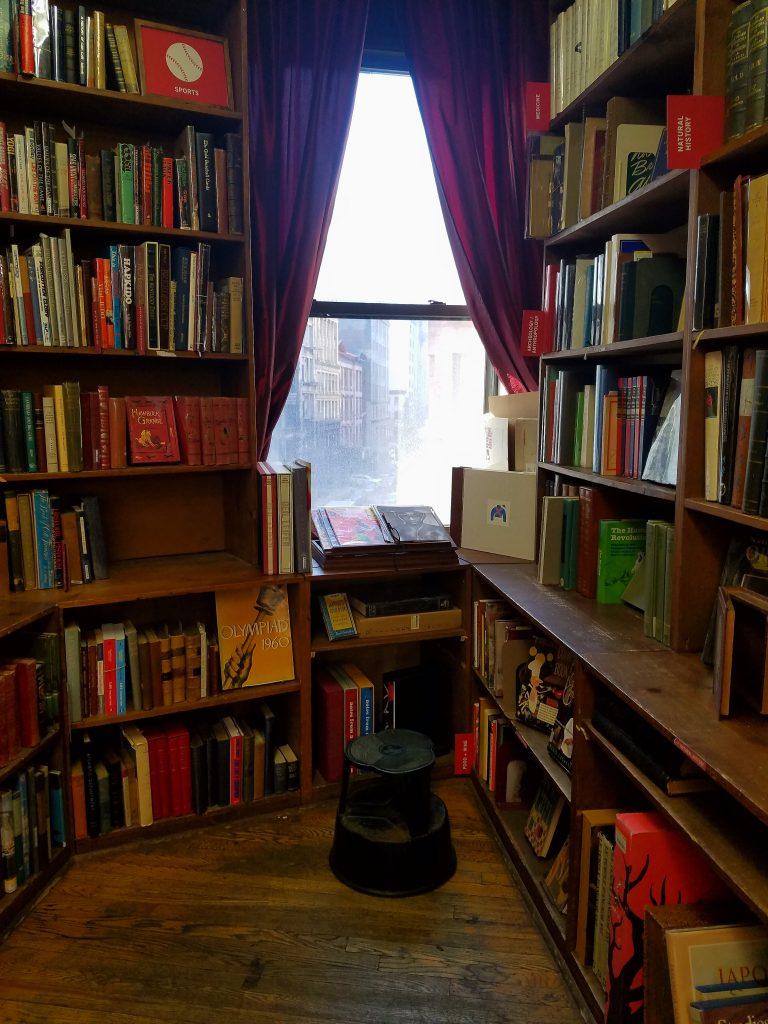 Uma janela para Nova York emoldurada por livros raros