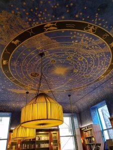 O teto estrelado do segundo andar, que virou símbolo da livraria